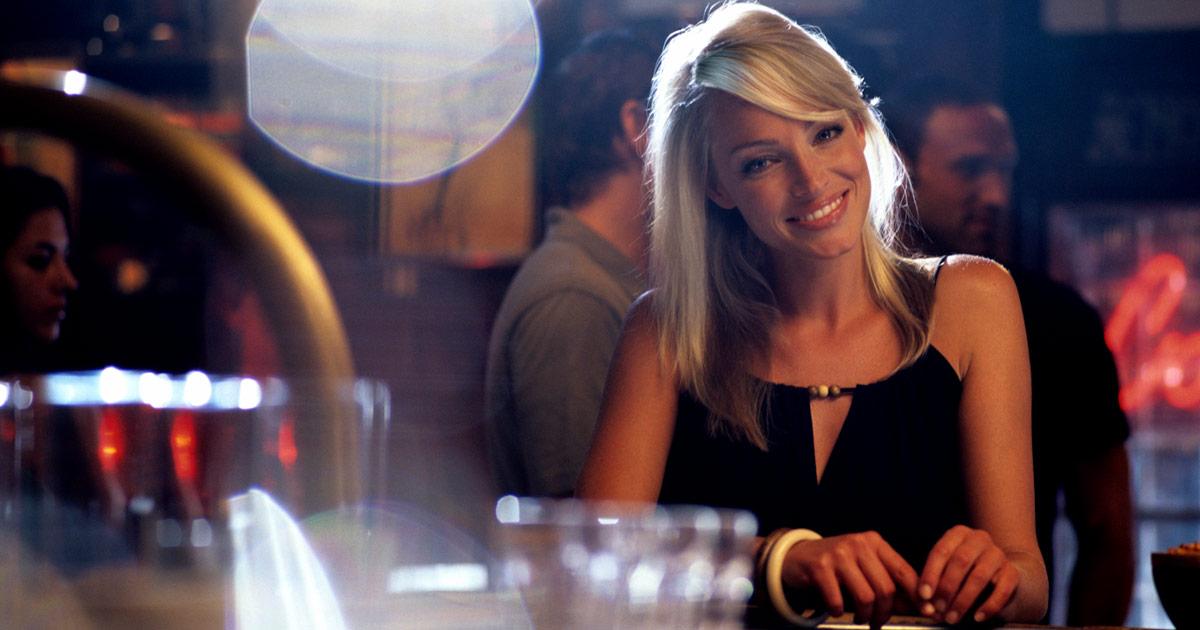Une blonde fait un pari risqué dans un bar… ça va mal se finir !