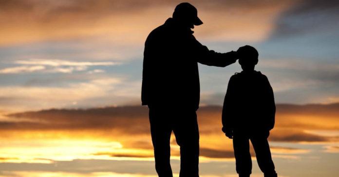 Pere fier de son fils