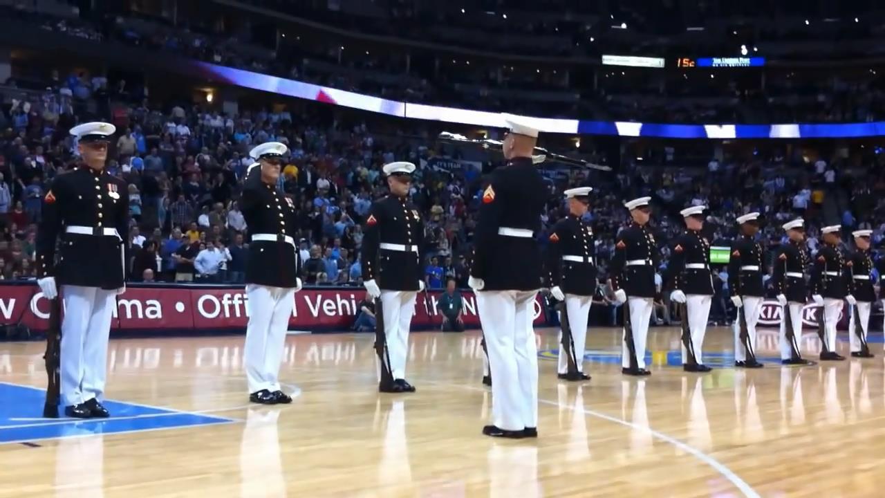 Les Marines Forment Une Ligne: Regardez Bien Le Commandant Sur La Droite…