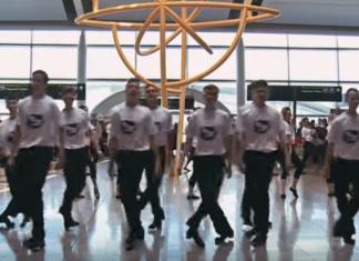 Des jeunes se rassemblent : les passagers de l'aéroport vont adorer!