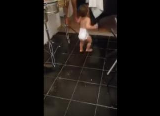 Il filme le petit garçon dans la cuisine : quand la musique commence vous n'en croirez pas vos yeux !