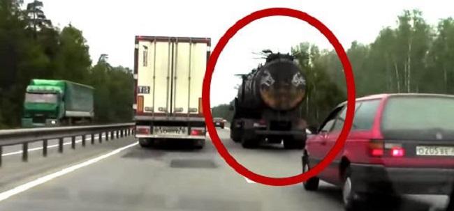 Russie : il filme ce camion… attendez de voir ! Vous n'avez jamais vu un camion semblable !