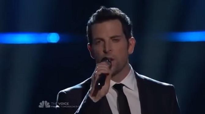 C'est une chanson bien connue, mais il la chante avec tellement d'émotion que tout le monde est ému.