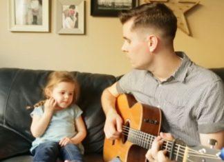 Le papa chante une chanson toute douce. Quand c'est le moment de la petite fille... Excellent!│MiniBuzz