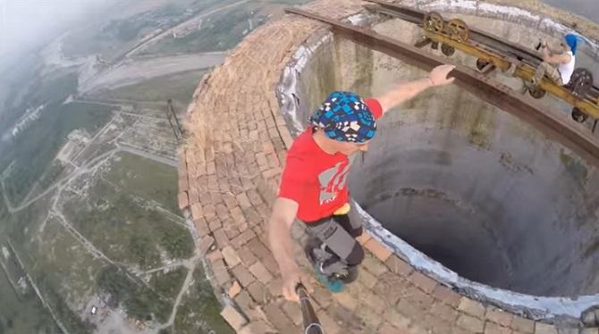 Il monte sur une cheminée de 250 mètres et réalise une performance impressionnante !