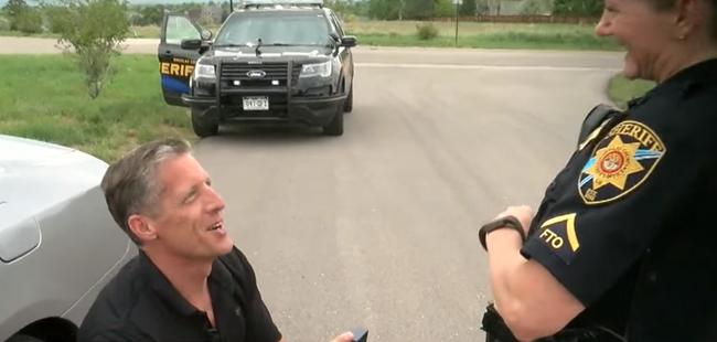 Cette policière arrête un chauffard sur la route… attendez de voir quand il sort du véhicule, sa vie va changer !