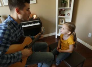 Le papa joue une chanson : quand sa fille de 3 ans commence à chanter, le duo devient épique!