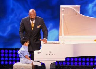L'enfant de 4 ans s'installe au piano. Écoutez ce qu'il peut faire!