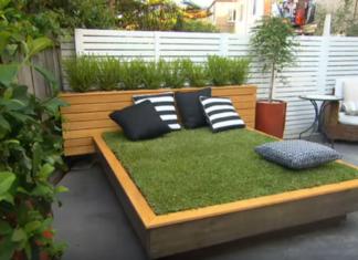 Un homme construit un lit dans la terrasse, mais attendez de voir le matelas...