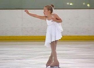 La jeune patineuse est immobile sur la glace. Lorsqu'elle se lance au son de la musique… Magnifique !│MiniBuzz