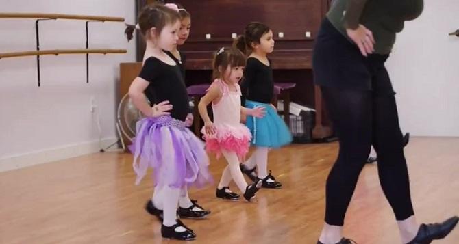 Une petite essaie de suivre les cours de danse. Sa ténacité vous étonnera !