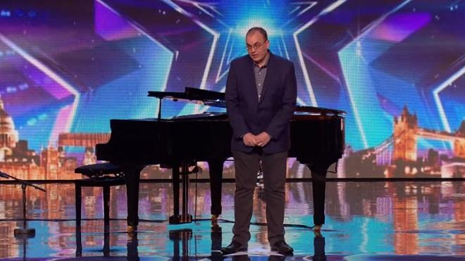 Lorsque ce pianiste monte sur scène, les jurés sont très froids avec lui. Mais après, tout change!