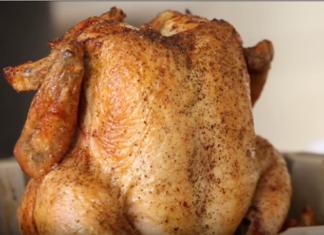 Il met le poulet dans le moule à gâteau... une méthode de cuisson avec un résultat inattendu!
