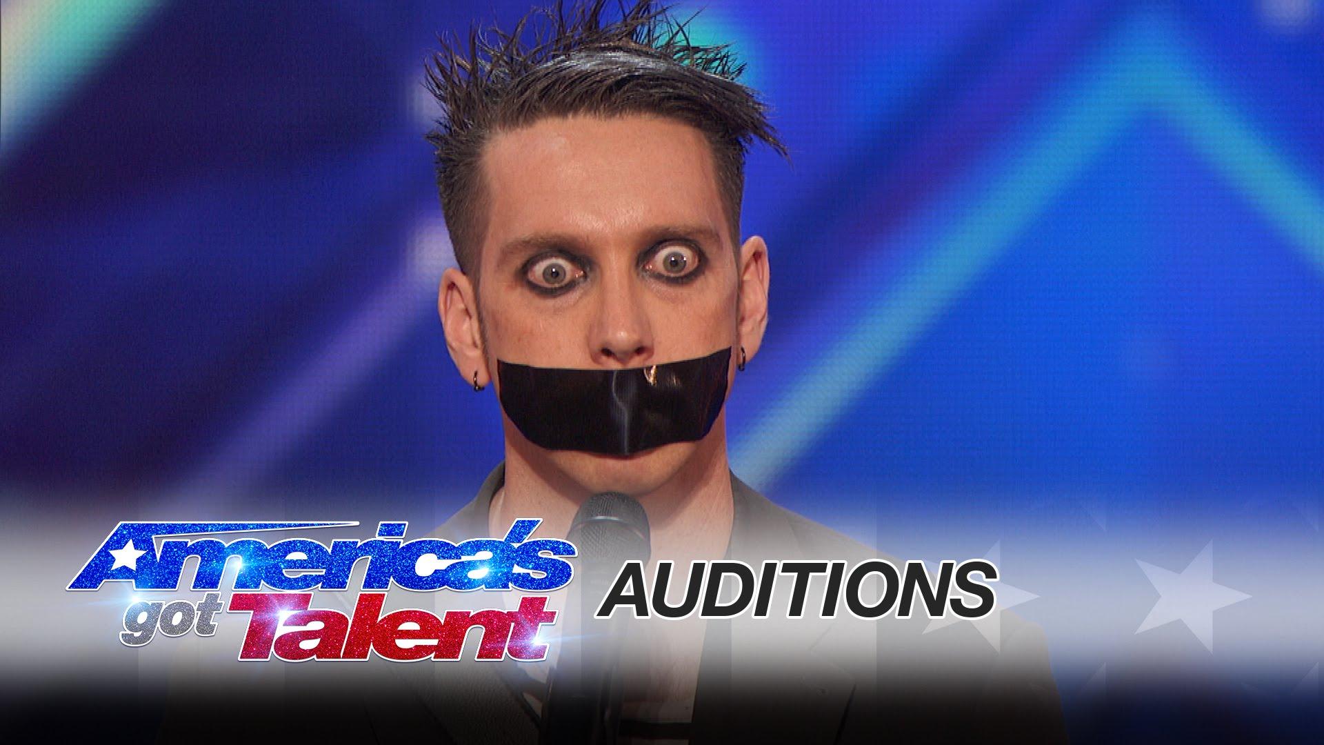 Il se présente sur scène, très étrangement, il va vous impressionner…