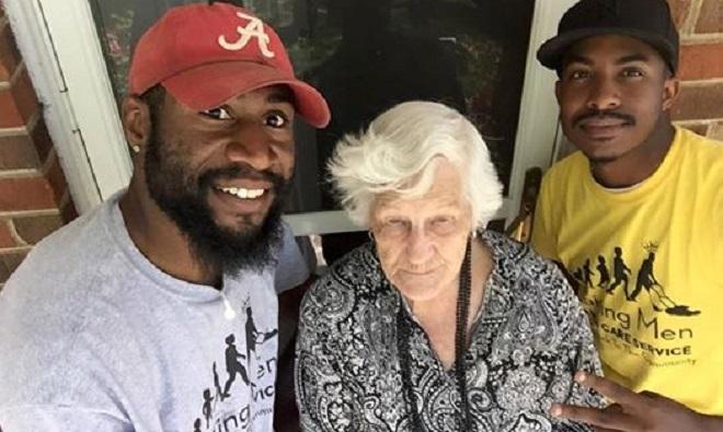 Ces 2 hommes voient leur voisine de 93 ans… Attendez de voir ce qu'ils vont faire pour l'aider!