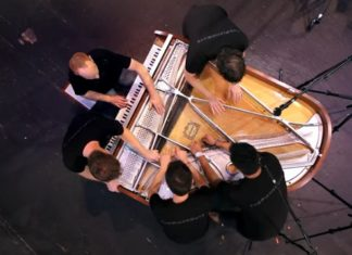 5 musiciens sur un seul piano: Le résultat est unique en son genre!│ MiniBuzz