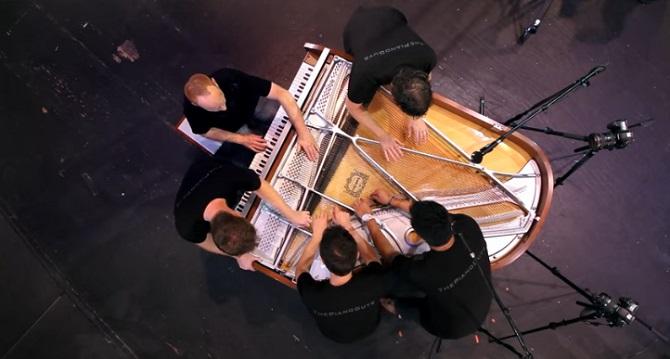 5 musiciens sur un seul piano: Le résultat est unique en son genre!