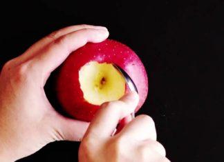 Il coupe la pâte feuilletée et met une pomme au milieu : voici comment il transforme un fruit en un dessert délicieux!