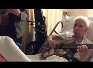 Un homme de 74 ans est à l'hôpital : voilà ce que fait son élève pour lui