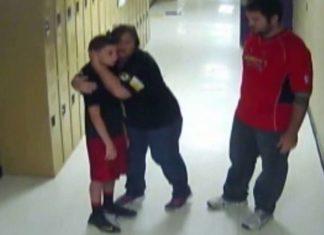 Il aperçoit un étudiant au visage rouge : sa prompte intervention lui a sauvé la vie