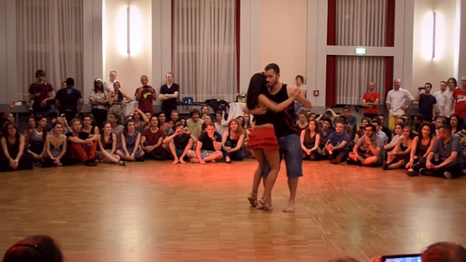 Une leçon de forrò: l'harmonie des danseurs est d'une incroyable sensualité.