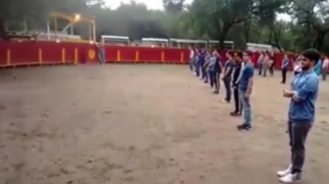 Un groupe de personnes attend immobiles dans l'arène. Quand le taureau entre, la réaction est surprenante.