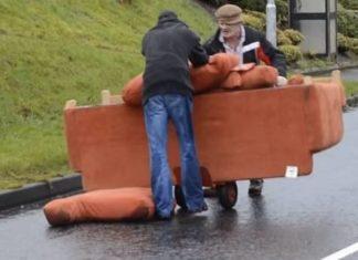2 hommes ivres essaient de transporter un canapé : leur manière de procéder est hilarante!
