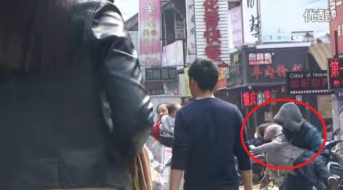 Un homme fait semblant d'enlever un enfant. La réaction des passants? Incroyable