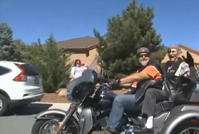 Il a 102 ans et a toujours aimé les Harley Davidson : voici comment il a fêté son anniversaire.