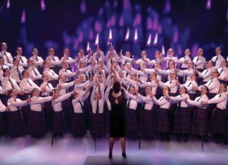 60 Filles Montent Sur Scène: Une Performance De Rêve... à écouter Et à Voir! │MiniBuzz