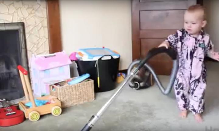 Il demande à sa petite fille de faire les travaux domestiques : le résultat va vous arracher un sourire