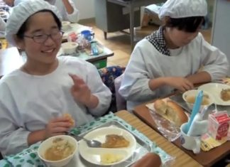 """C'est le moment du déjeuner pour des élèves japonais : ce qu'ils les """"obligent"""" à faire est extraordinaire"""