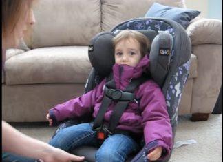 Voilà pourquoi il est dangereux d'attacher les enfants à leur siège sans enlever le manteau d'hiver.│ MiniBuzz