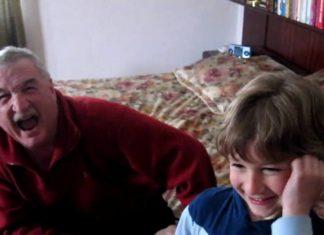 Le petit fils fait une surprise à son grand-père en Allemagne : la réaction de l'homme est émouvante