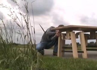 Pour comprendre l'ingéniosité de cette table, il faut la pousser: Regardez ses jambes!│ MiniBuzz
