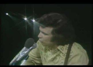 Cela a été un titre super connu... Profitez de cette version en live de 1972. WOW!