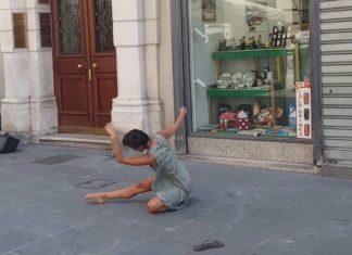 Il demande à sa fille de danser à côté du violoniste de rue : sa performance est un chef-d'œuvre