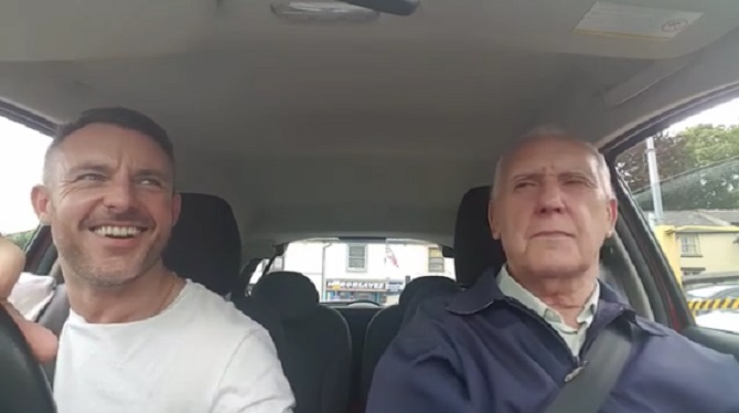 Atteint d'Alzheimer, il chante avec son fils. Un moment magnifique.