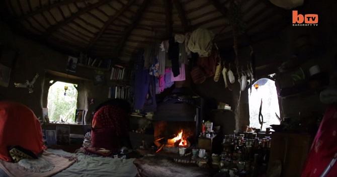 Depuis 17 ans, Emma Orbach vit seule et en totale autonomie dans la forêt. │ MiniBuzz