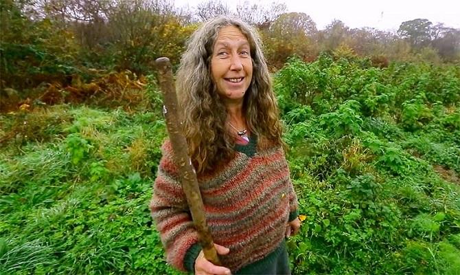 Depuis 17 ans, Emma Orbach vit seule et en totale autonomie dans la forêt.