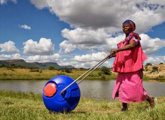 Hippo Water Roller : de l'eau pour tous dans les villages en Afrique