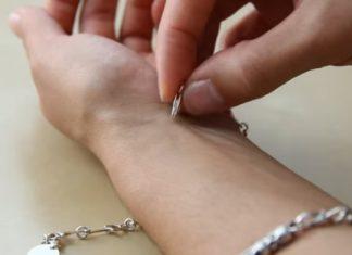 Elle tente en vain d'accrocher son bracelet toute seule ... La solution qu'elle trouve est brillante! │ MiniBuzz
