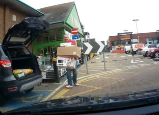Il revient du supermarché et ouvre le coffre : ce qui en sort le laisse totalement soufflé !