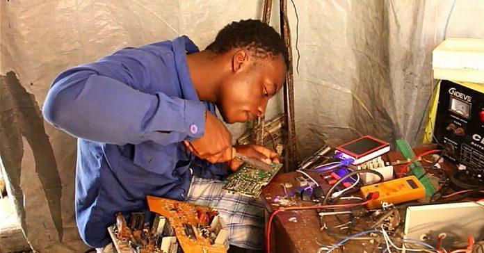 Au Congo, ce génie transforme les déchets en appareils électroniques