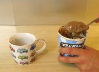 Il met de la crème glacée dans une tasse et révèle une astuce pour un dessert irrésistible... En 2 minutes! │ MiniBuzz