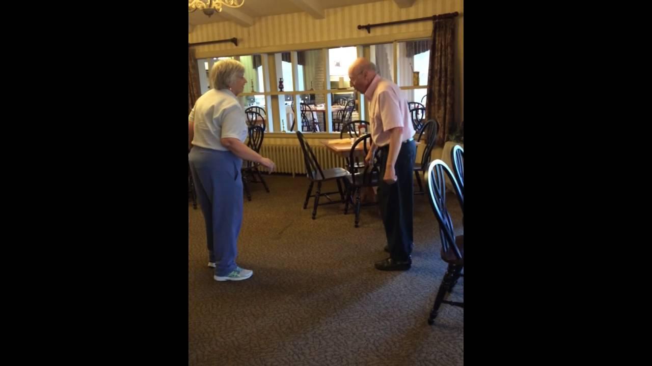 Ils ont 80 ans et leur passion est la danse : quand la musique commence, ils ne peuvent pas rester immobiles!