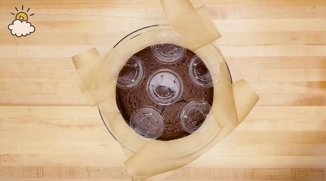Elle met sur le gâteau des petits couvercles en plastique… La raison? Une vraie touche de classe!