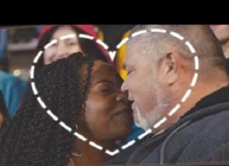 L'amour n'a pas de frontière. La preuve... en kiss cam ! │ MiniBuzz