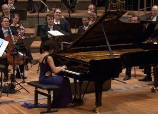 Elle bouleverse la célébrissime mélodie de Mozart: Sa performance impressionne le public. │ MiniBuzz