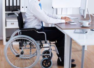 Après 5 ans de fauteuil roulant, ce patron ne recrute que des handicapés